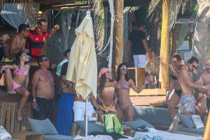 Anitta curte férias no México com família e amigos. Foto: Backgrid/AgNews