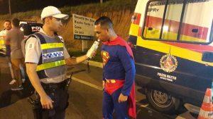 Super Homem abordado pela PMDF no Carnaval de 2020. Foto: Divulgação/PMDF