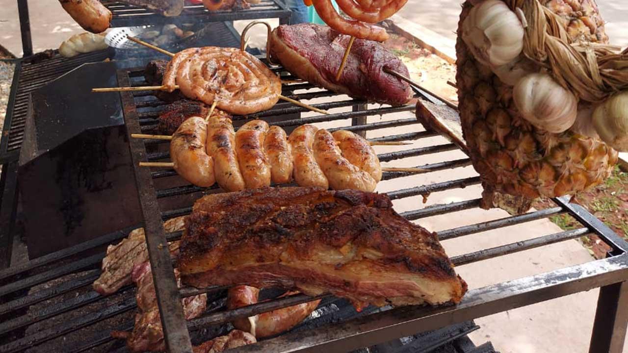 Com a alta do preço do gado bovino, churrasqueiros oferecem variação do tipo de proteína para manter a tradição do velho e bom churrasco