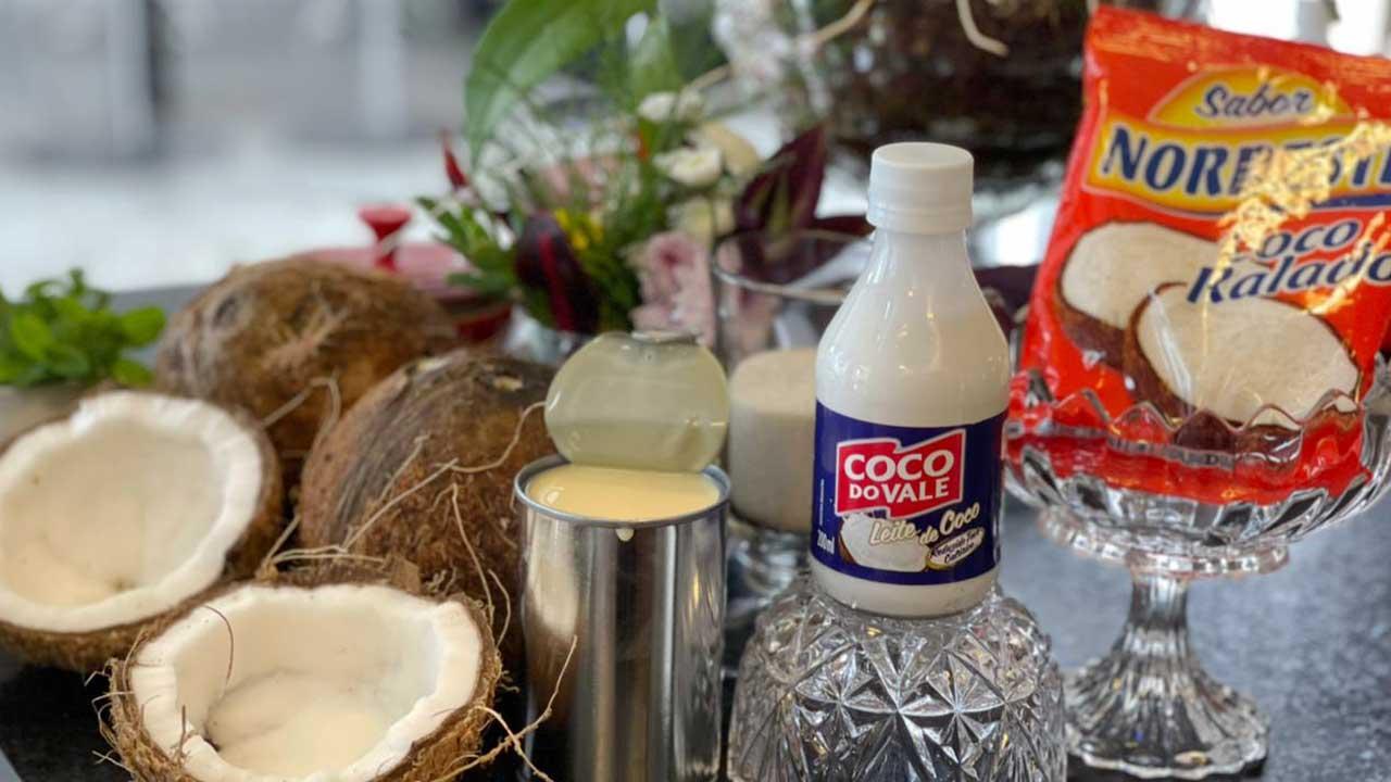 Dia das mães com afeto: Cocada mole com sorvete de creme e calda de caramelo