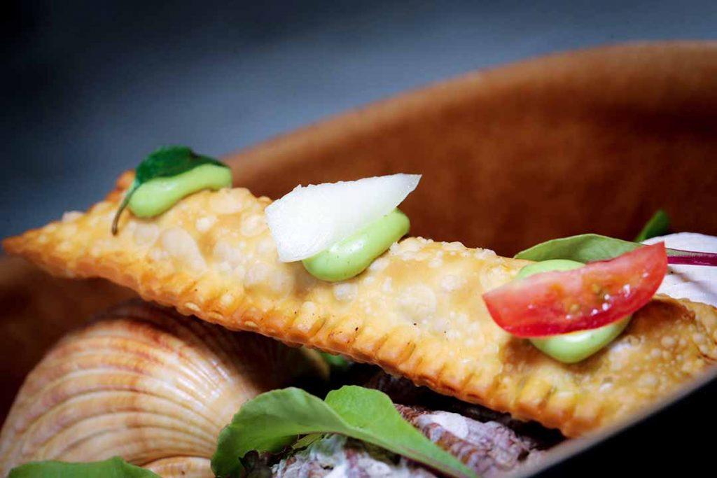 Mini pastel de camarão, marguerita e aioli de manjericão. Foto: Inove Aceleradora