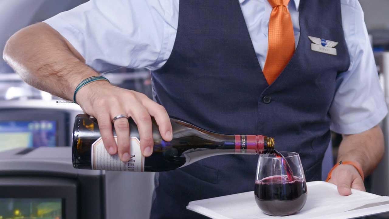 Vinho a bordo: O que acontece quando ingerimos vinho no avião?