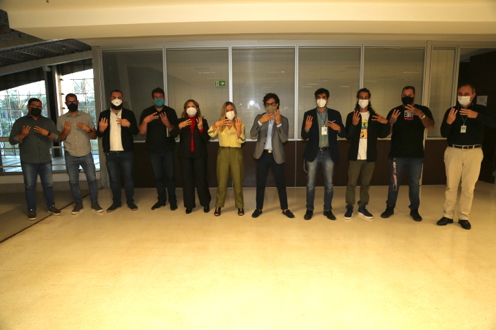 Símbolo do Movimento Viva W3 foi mostrado pelos artistas participantes da reunião com as secretárias Meire Motta (Segov) e Vanessa Mendonça (Setur). Foto: Aurélio Pereira / Setur-DF