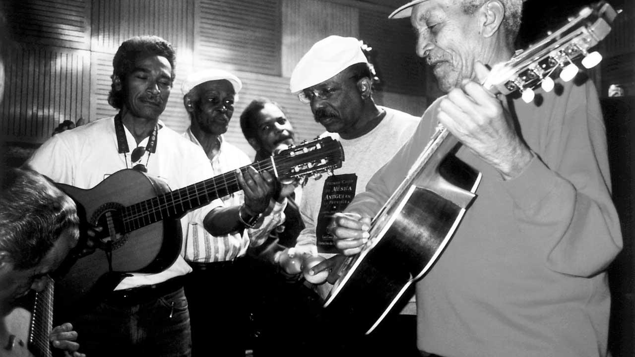 Foto das gravações em 1996. Da esquerda pra direita: Benito Suárez, Ibrahim Ferrer, Salvador Repilado, Julio Alberto Fernández e Compay Segundo - Crédito: Susan Titelman
