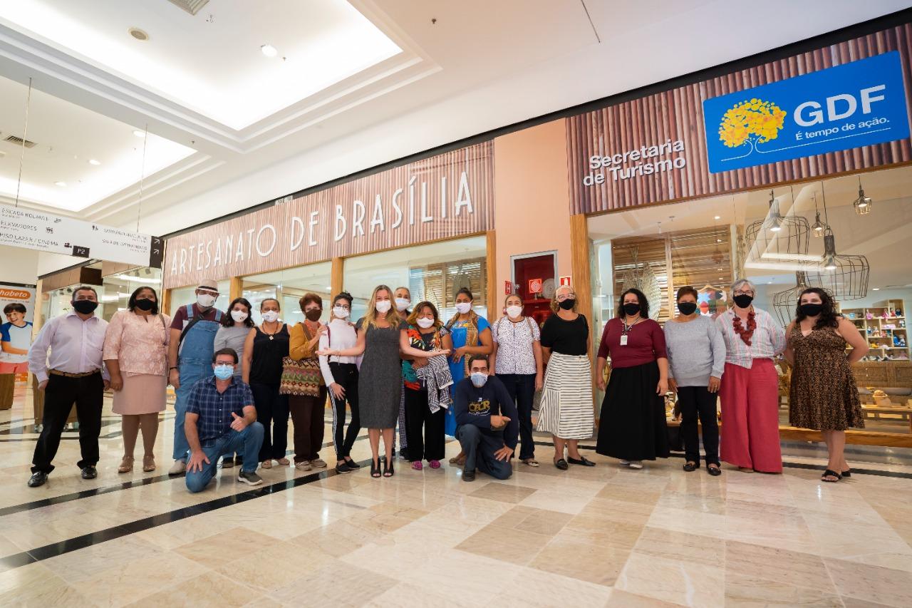 Secretária de Turismo do DF, Vanessa Mendonça, e artesãos expositores da Loja do Artesanato no Pátio Brasil Shopping. Foto: Cláudio Gerber/Setur-DF