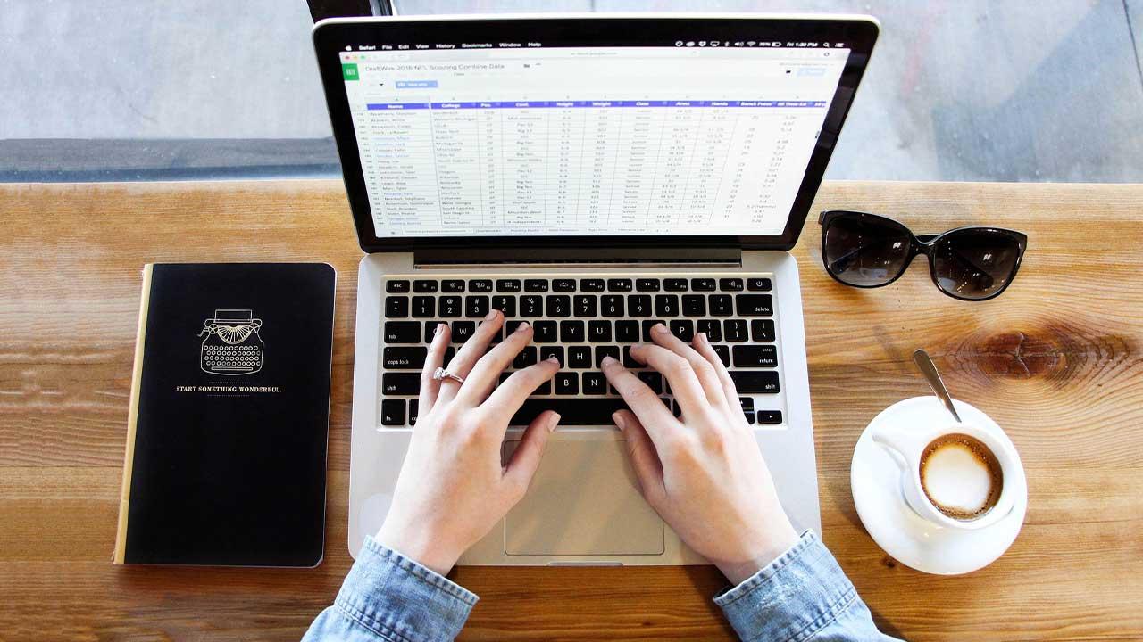 Como decidir quem trabalha presencial e quem permanece no home office?