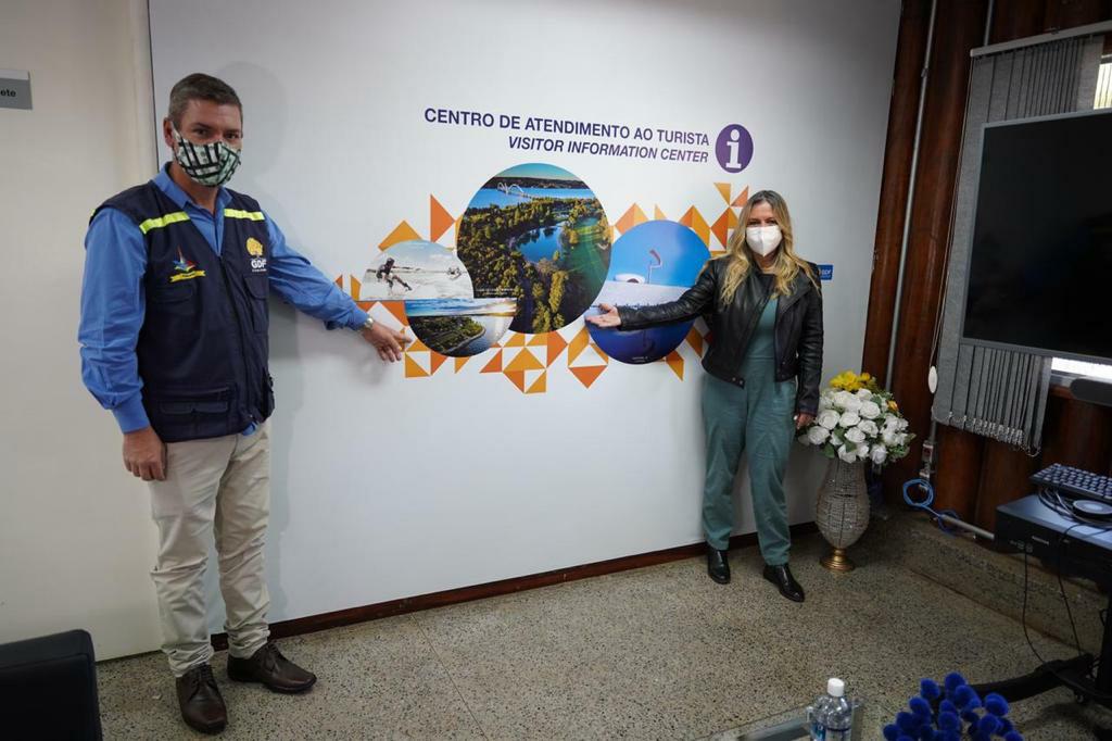 Secretária do Turismo do DF, Vanessa Mendonça, e o administrador do Paranoá, Sérgio Damasceno, durante o Turismo em Ação do Paranoá. Foto: Renato Braga/Setur-DF