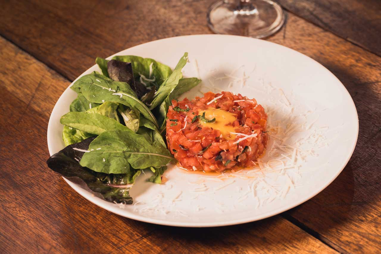 Pecorino - Tartar de tomates com saladinha de rúcula. Foto: RW/Divulgação