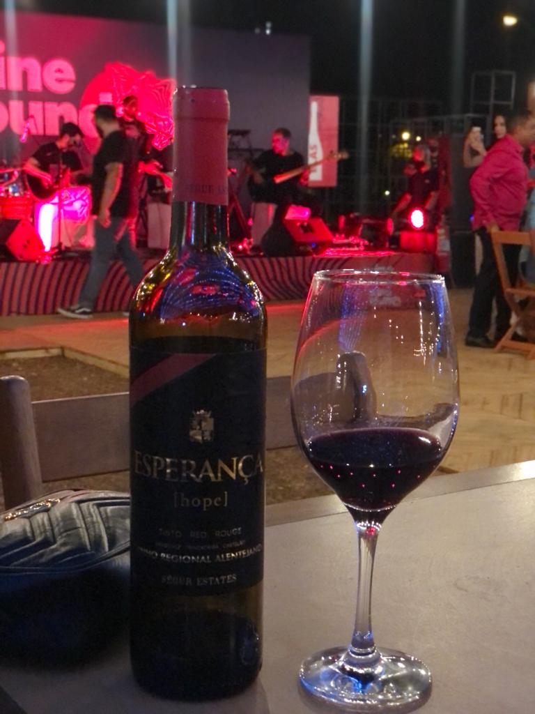 Vinho português, servido na noite de inauguração. Foto: Arquivo Pessoal