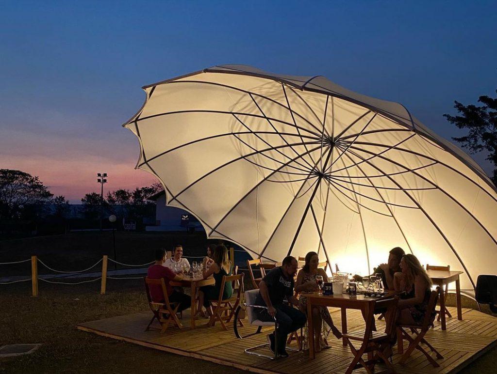 Esse ombrelone é um charme à parte! Foto: Reprodução/Instagram