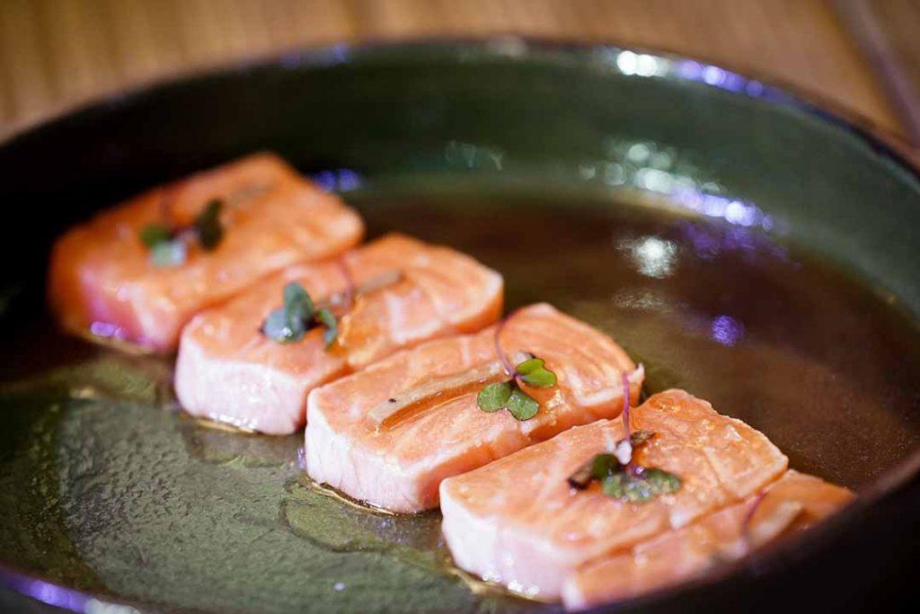 Sashimi barriga de salmão maçaricada. Foto: Rodrigo Pimenta/X!S Sashimi barriga de salmão maçaricadaFotografias