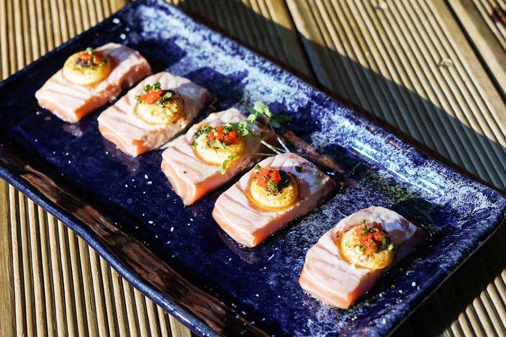 Sashimi de salmão com ovo de codorna trufado. Foto: Rodrigo Pimenta/X!S Fotografias
