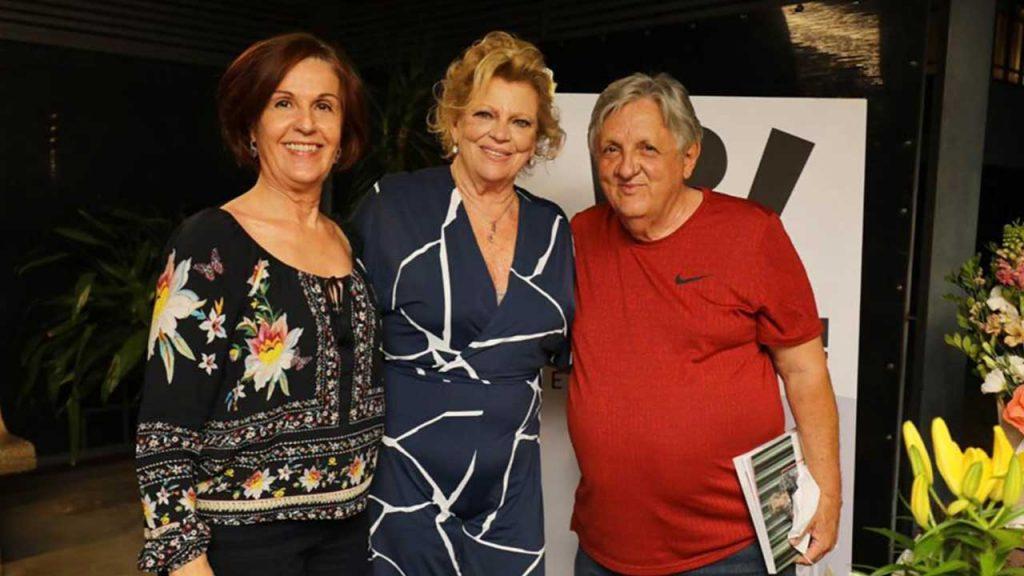 Liana sabo ladeada por Teresa Fernandes e Adriano Lopes. Foto: César Rebouças