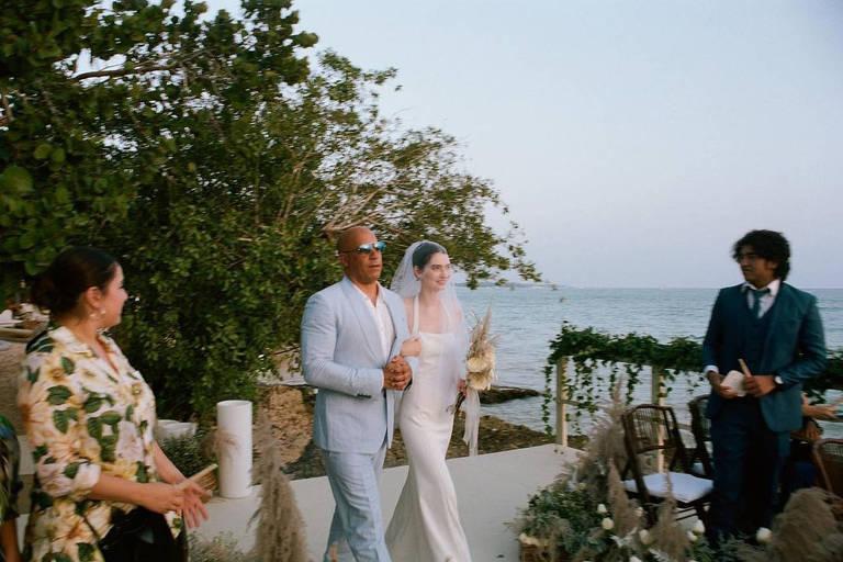 Filha de Paul Walker se casa e é levada por Vin Diesel ao altar